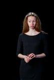 La mujer joven triste con el pelo marrón está llorando contra Fotos de archivo
