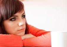 La mujer joven triste está teniendo mal momento Imagen de archivo libre de regalías