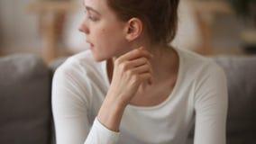 La mujer joven triste que la sensación subrayó se preocupó de embarazo indeseado almacen de metraje de vídeo