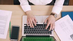 La mujer joven utiliza el ordenador en su lugar de trabajo en la oficina, pantalla verde