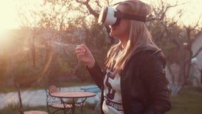La mujer joven utiliza el visualizador en forma de visor almacen de metraje de vídeo