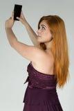 La mujer joven va a hacer un autorretrato Selfie Soldado enrollado en el ejército Redheaded Fotografía de archivo libre de regalías