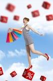 La mujer joven va para hacer compras en la época del descuento Foto de archivo libre de regalías