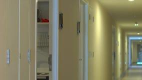 La mujer joven viene a su apartamento y abre una cerradura electrónica usando una contraseña en una exhibición almacen de metraje de vídeo