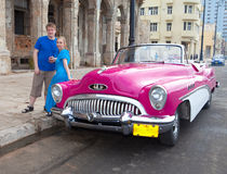 La mujer joven y el individuo cerca del coche retro americano viejo (50.os años del siglo pasado) el Malecon calle el 27 de enero Fotografía de archivo libre de regalías