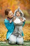 La mujer joven y su bebé se vistieron en traje Fotografía de archivo libre de regalías