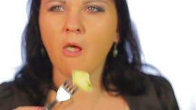 La mujer judía come la patata en un café con una bifurcación almacen de video