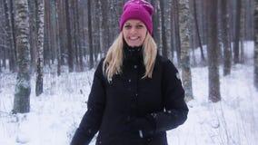 La mujer juega con una nieve en Nevado Forest Outdoor almacen de metraje de vídeo