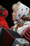 La mujer juega el acordeón Imagen de archivo
