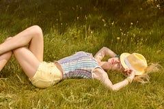La mujer juguetona de la belleza se relaja, cultiva un huerto, gente al aire libre Foto de archivo