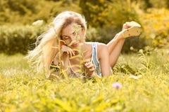 La mujer juguetona de la belleza se relaja, cultiva un huerto, gente al aire libre Imágenes de archivo libres de regalías