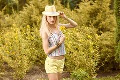 La mujer juguetona de la belleza se relaja, cultiva un huerto, gente al aire libre Fotografía de archivo libre de regalías
