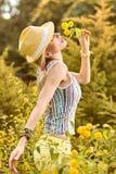 La mujer juguetona de la belleza se relaja, cultiva un huerto, gente al aire libre Fotografía de archivo