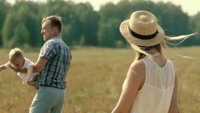 La mujer justo-pelada atractiva que lleva el vestido hermoso gira en primero plano metrajes