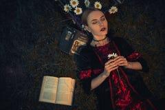 La mujer la cierra los ojos y medita Fotografía de archivo