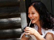 La mujer latinoamericana que bebe a un compañero Fotos de archivo
