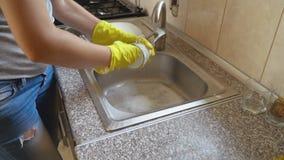 La mujer lava platos