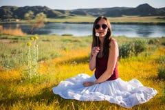 La mujer le gusta una hada en el campo mágico cerca del río Woma joven Foto de archivo