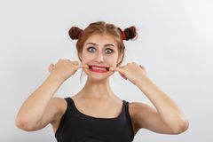 La mujer le muestra los dientes Foto de archivo