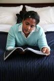 La mujer lee el compartimiento Foto de archivo libre de regalías