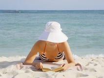 La mujer lee el libro Foto de archivo libre de regalías