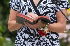 La mujer lee la biblia imagen de archivo libre de regalías