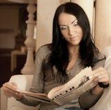 La mujer lee un compartimiento Fotos de archivo