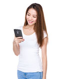 La mujer leyó el mensaje en el teléfono móvil Foto de archivo libre de regalías