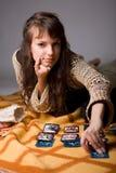 La mujer leyó las tarjetas Fotografía de archivo