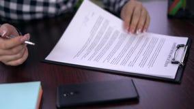 La mujer leyó y firmó el uso del empleo - firma falsa almacen de metraje de vídeo
