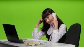 La mujer liga abiertamente con su interlocutor en el teléfono almacen de video