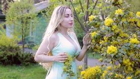 La mujer liga en el jardín almacen de metraje de vídeo