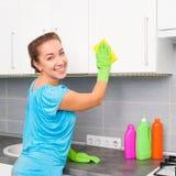 La mujer limpia la cocina Imagen de archivo