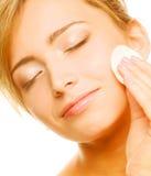 La mujer limpia una piel de la cara Fotografía de archivo