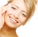 La mujer limpia una piel de la cara Imagenes de archivo