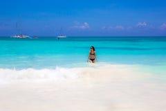 La mujer linda se relaja en la playa del verano Fotos de archivo libres de regalías