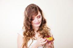 La mujer linda sostiene la torta de la fruta disponible Fotos de archivo libres de regalías