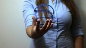 La mujer lleva a cabo el holograma del béisbol almacen de video