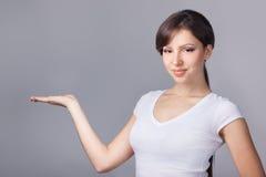 La mujer lleva a cabo la mano en copyspace fotos de archivo libres de regalías