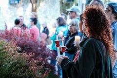 La mujer lleva a cabo la vela en la vigilia de LGBT para las víctimas matadas del club nocturno de Orlando Fotos de archivo