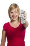 La mujer lleva a cabo LLAMADA de la demostración del teléfono en la visualización fotografía de archivo