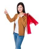 La mujer lleva con el panier y el pulgar para arriba Imagenes de archivo