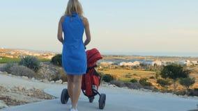 La mujer lleva el carrito de golf con el bolso metrajes