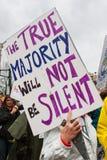 La mujer lleva firma adentro anti manifestación el triunfo de Atlanta Fotos de archivo libres de regalías