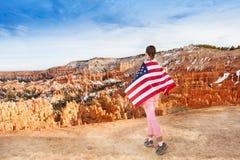 La mujer lleva la bandera de los E.E.U.U., Bryce Canyon National Park Fotos de archivo