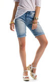 La mujer lleva pantalones cortos largos del dril de algodón Imagen de archivo libre de regalías