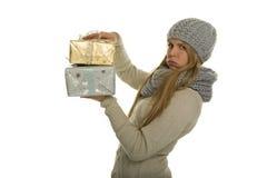 La mujer lleva regalos de Navidad pesados Fotografía de archivo