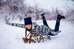 La mujer loca disfruta de un paseo del trineo El sledding de la mujer Fotos de archivo libres de regalías
