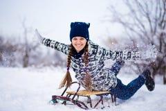 La mujer loca disfruta de un paseo del trineo El sledding de la mujer Imagenes de archivo