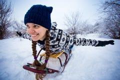 La mujer loca disfruta de un paseo del trineo El sledding de la mujer Fotos de archivo